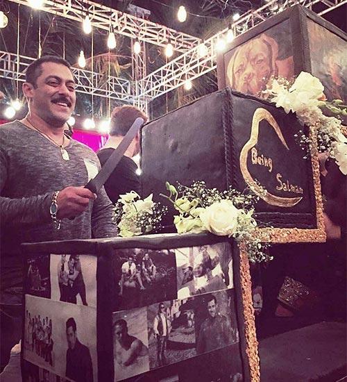 Salman Khan cutting his 50thBirthday Cake