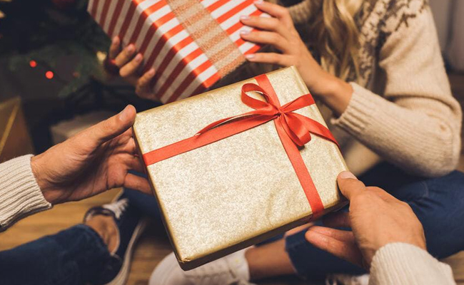 Exchange gifts and love on Valentine